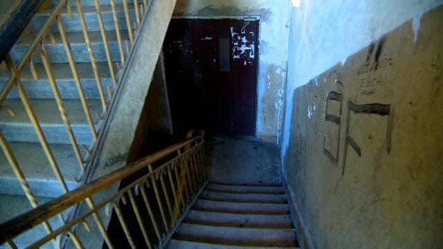 Ciało 36-latki leżało na klatce w kałuży krwi. W mieszkaniu odnaleziono zwłoki jej partnera