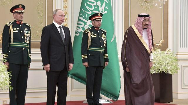 Rosyjski hymn odległy od kanonu. Putin ani drgnął