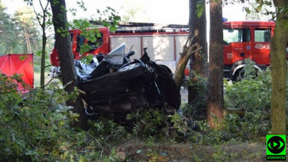 Uderzyli w drzewo, nie żyją cztery młode osoby