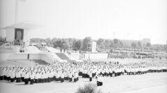 Widok ogólny ołtarza przed rozpoczęciem mszy św. beatyfikacyjnej matki Urszuli Ledóchowskiej na Łęgach Dębińskich. Przed ołtarzem widoczny tłum złożony z duchownych i służby liturgicznej. Na schodach widoczny papież Jan Paweł II pozdrawiający zebranych - 1983-06-20