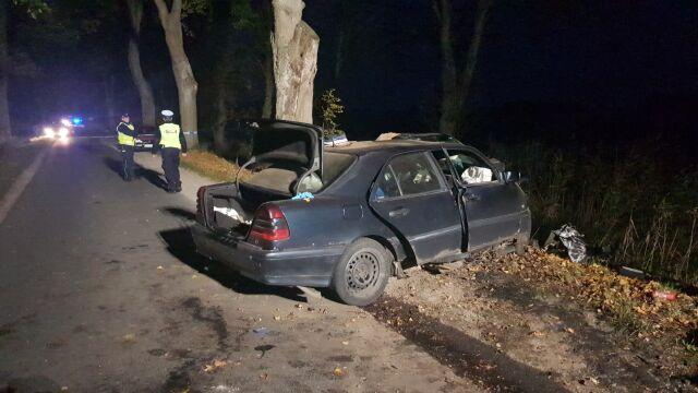 Samochód uderzył w drzewo. Trzech mężczyzn nie żyje