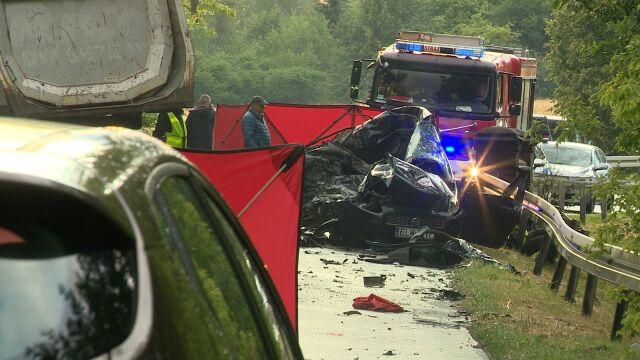 Samochód doszczętnie zniszczony. Nie  żyją kobieta i siedmioletnia dziewczynka