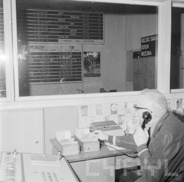 Pracownik Dworca Głównego PKP w 1975 r.