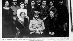 Józef Piłsudski w otoczeniu rodziny i przyjaciół, między innymi późniejszej żony Aleksandry Szczerbińskiej (Piłsudskiej), która stoi za Naczelnikiem. Fotografia z kwietnia 1919 roku