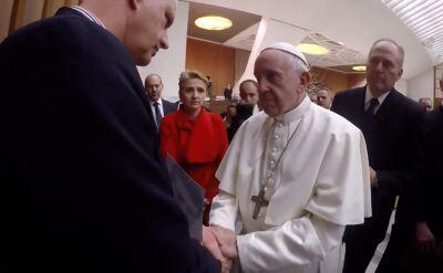 """Papież z nim porozmawiał i ucałował jego dłoń. """"Obiecał"""", że zapozna się z raportem"""