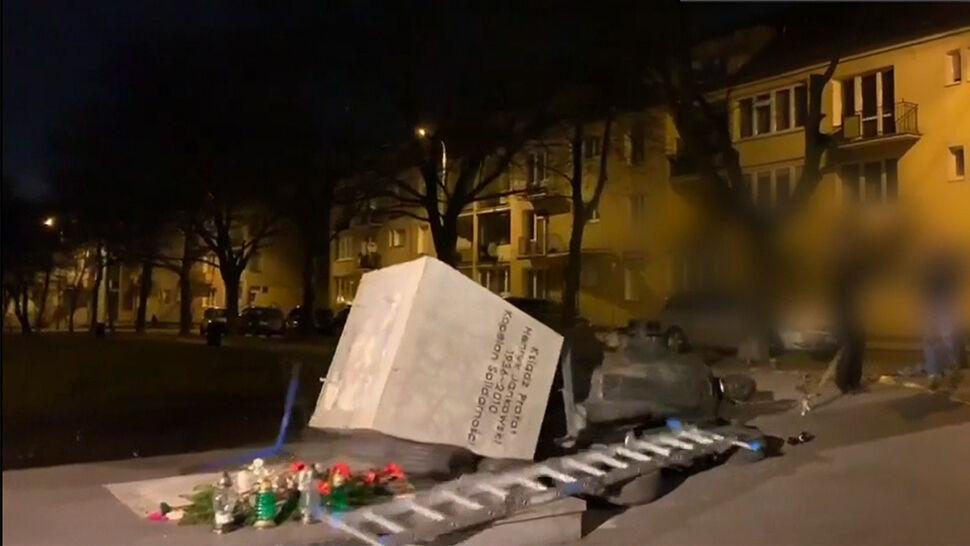 Zarzuty dla mężczyzn, którzy obalili pomnik księdza Jankowskiego. Grozi im więzienie