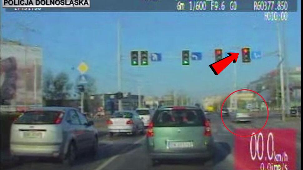 Przejechał na czerwonym, bo się zamyślił. Na zrobienie prawa jazdy nie miał czasu