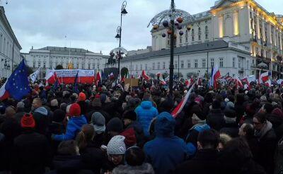 """""""Kto nie skacze, ten..."""". Marsz KOD pod Pałacem"""