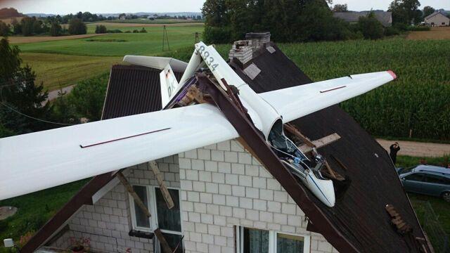 Szybowiec spadł na jednorodzinny dom. Pilot ranny