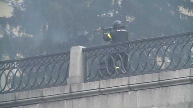 Milicja strzela do tłumu z kałasznikowów
