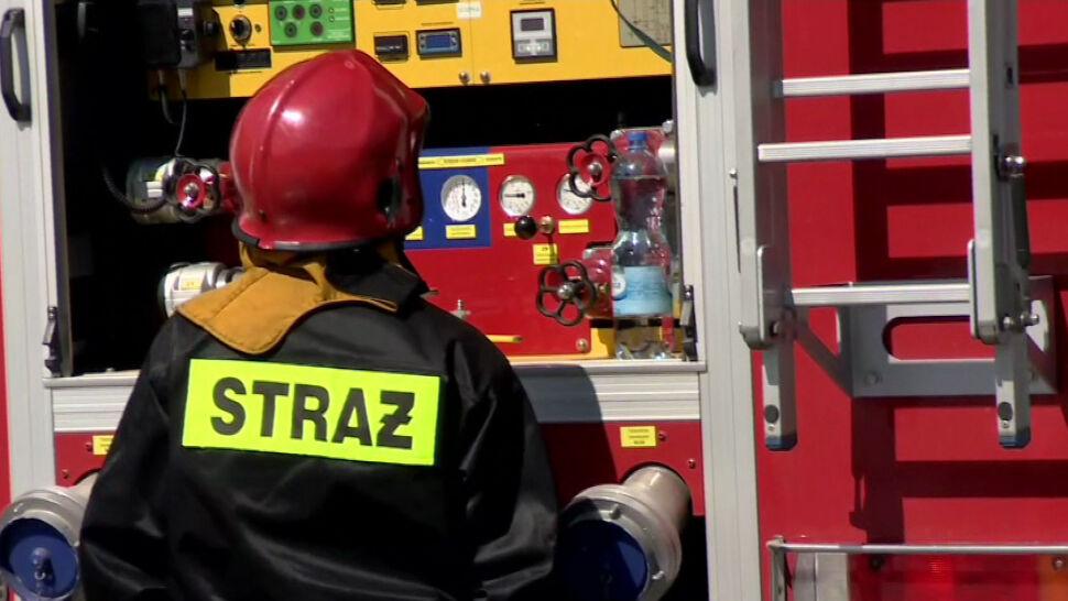 """Pijany ukradł strażakom wóz, gdy ci wyjeżdżali na akcję. """"Staranował bramę"""""""