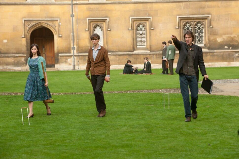 Felicity Jones i Eddie Redmayne oraz reżyser James Marsh na planie filmu