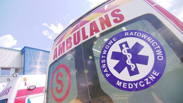 Ratownicy pomagali choremu. Pijani mężczyźni zaatakowali karetkę