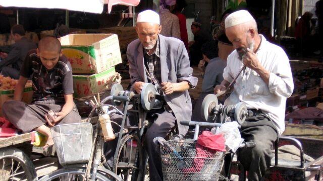 Ujgurzy w chińskich obozach. Władze: część ukończyła naukę i jest szczęśliwa