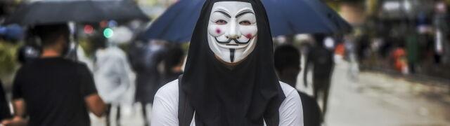 Zabronili protestującym noszenia masek, nie posłuchali. Kolejny krok: zakaz internetu?