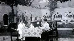 Magazyn przybylski | Śniadanie w zamkowym ogrodzie. Kasztelan J. Latzel i jego rodzina