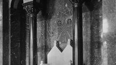 Sala tronowa zamku i orzeł z dzwonkiem