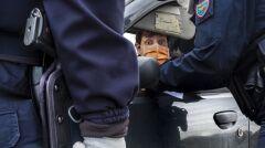 Lombardia. Sprawdzająca dokumenty policja na granicy pomiędzy zołtą a czerwoną strefą