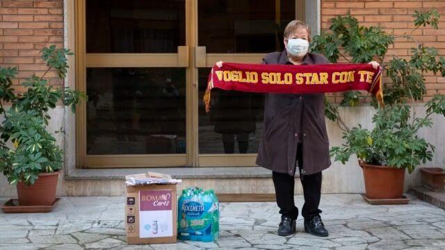Roma rozdaje najstarszym kibicom paczki pierwszej potrzeby