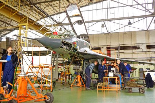 Dwumiejscowy MiG-29 UB, przeznaczony głównie do szkolenia, przechodzi próby systemu zamykającego wloty powietrza do silników