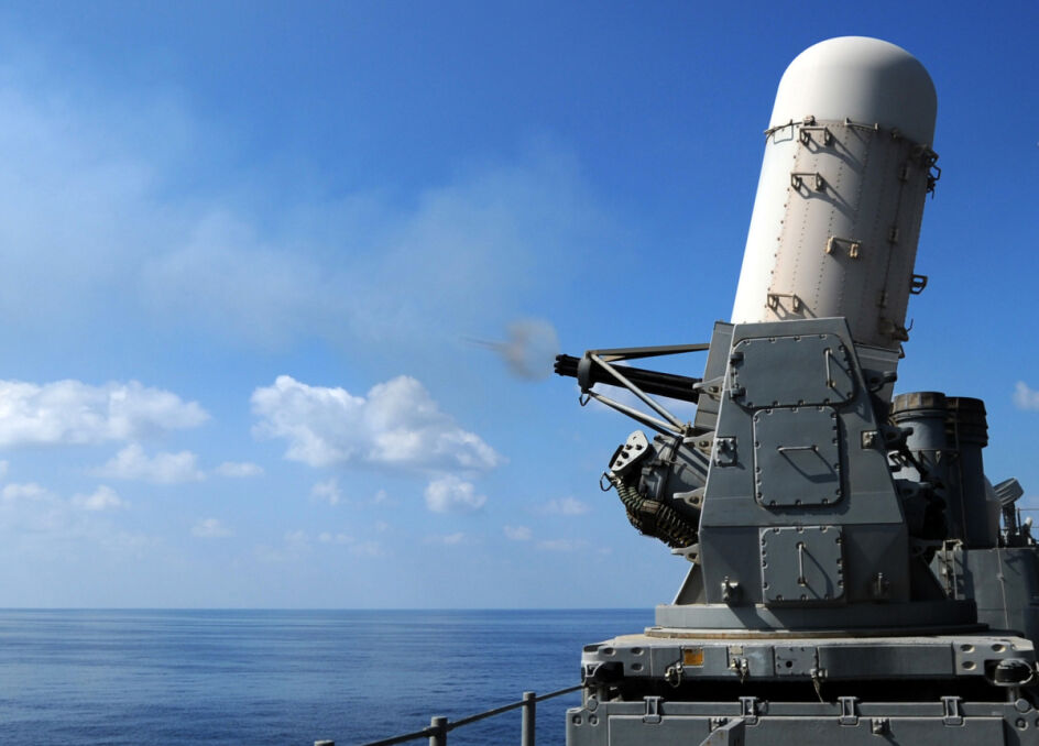 Gdyby rakiety zawiodły, ostatnią linią obrony niszczyciela byłby system Phalanx, czyli wielolufowe działko kalibru 20 mm, którego zadaniem jest zasypać nadlatującą rakietę masą ołowiu na dystansie około dwóch kilometrów