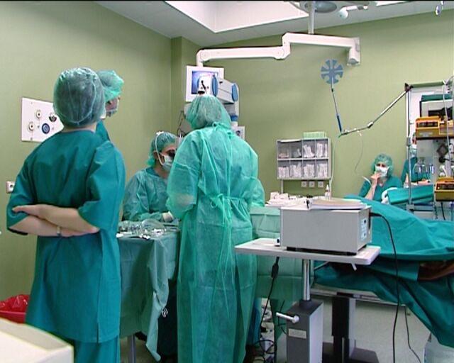 Skomplikowana operacja w Olsztynie. Pacjent z implantami stawów skroniowo-żuchwowych