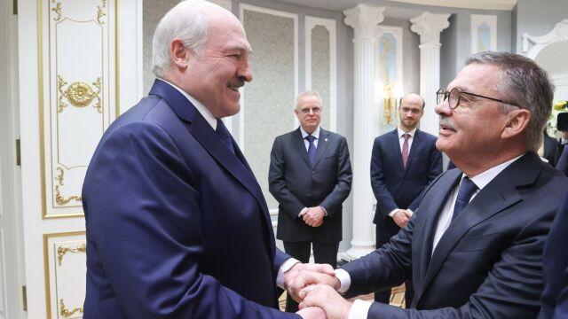 """Szef światowego hokeja ściskał się z Łukaszenką. """"Wyszło głupio"""""""