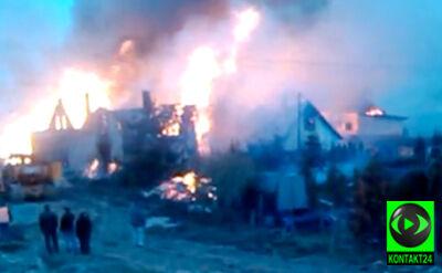 Wieś jak pobojowisko. Płonące domy na nagraniu internauty