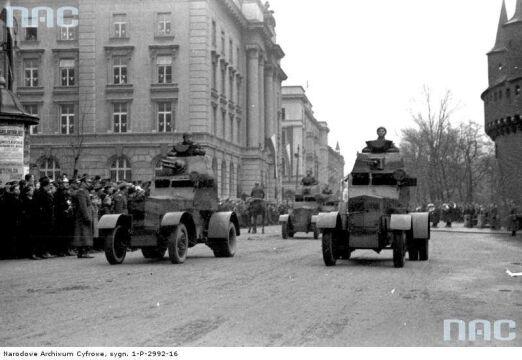 Wojska pancerne w trakcie defilady podczas Obchodów Święta Niepodległości w Krakowie, 1937-11-11.