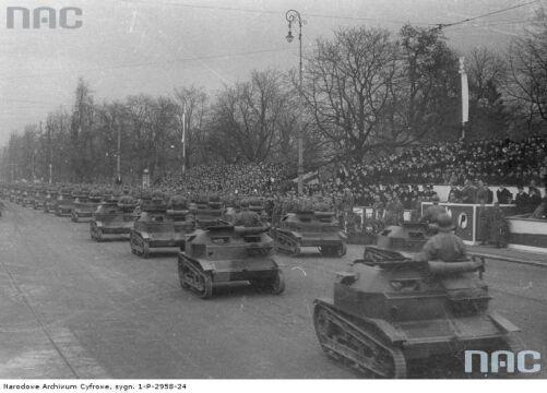 Przejazd tankietek przed trybuną honorową na placu Na Rozdrożu podczas Obchodów Święta Niepodległości w Warszawie, 1935-11-11.