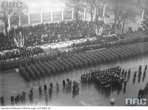 Oddziały piechoty defilujące przed trybuną honorową podczas Obchodów Święta Niepodległości w Warszawie, 1937-11-11.