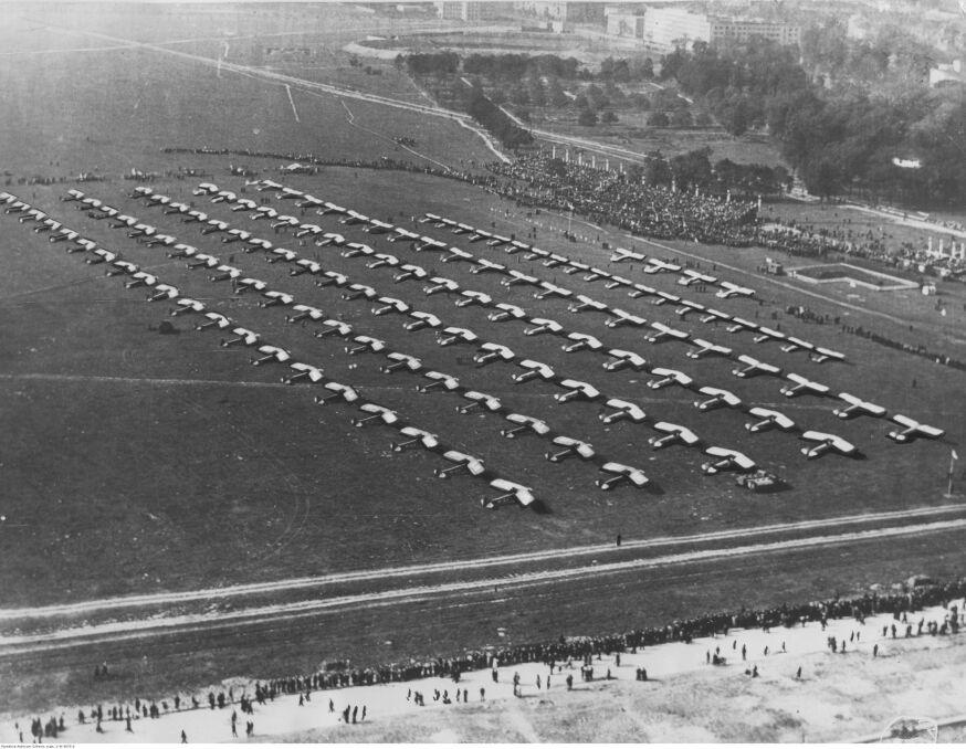 """Album """"100x100"""": Przekazanie wojsku 126 samolotów, Pole Mokotowskie (sygn. 1-W-3073-2) - 360 polubień"""