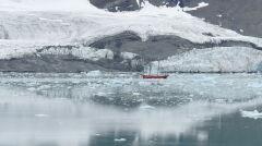 Statek wycieczkowy na tle zanikających lodowców bocznych dużego lodowca Paierl, południowy Spitsbergen