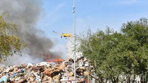 Pożar na składowisku odpadów opanowany. Samolot, śmigłowiec i setka strażaków w akcji