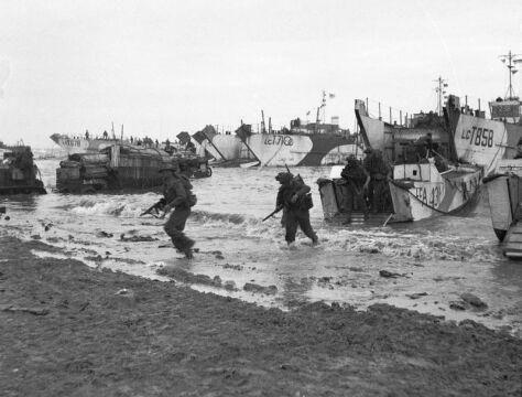 """Brytyjscy żołnierze na plaży """"Gold"""" (6.06.1944 r.)"""
