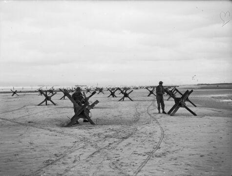 Brytyjscy komandosi przygotowują się do usunięcia zapór z plaży