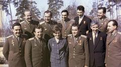 Komarow (pierwszy po lewej) wraz z pozostałymi radzieckimi kosmonautami pierwszego pokolenia