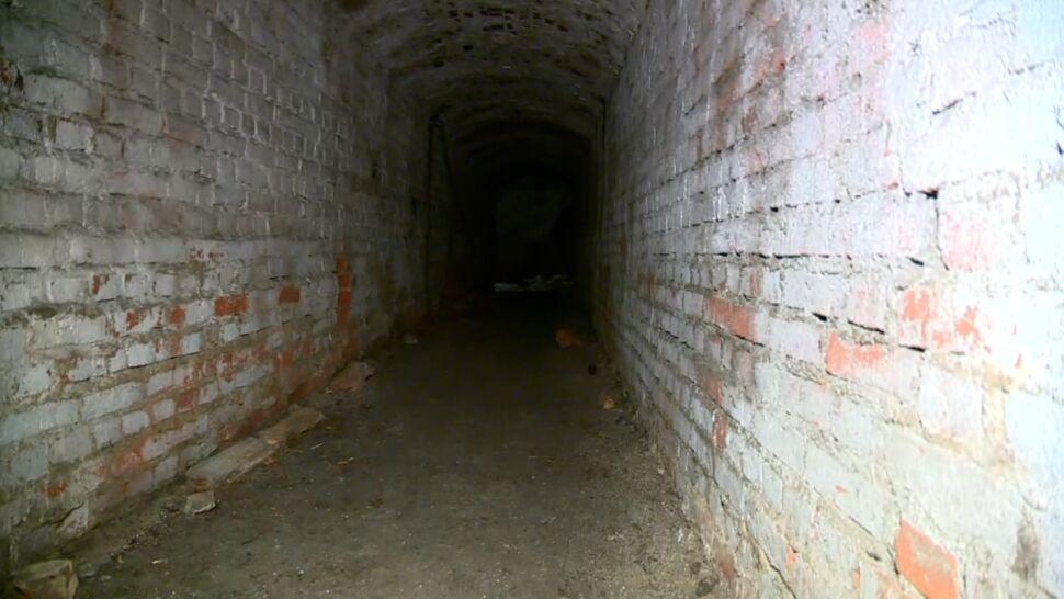 """Tajemniczy tunel pod policyjnym parkingiem to schron. """"Nie wiemy ile jeszcze takich obiektów jest w Łodzi"""""""