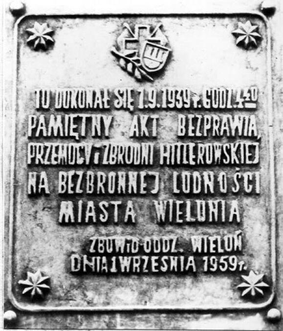 Tablica pamiątkowa wmurowana na gmach studium wychowania przedszkolnego w Wieluniu, gdzie w dniu 1 września 1939 roku znajdował się Szpital Wszystkich Świętych