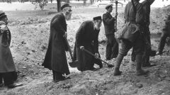 Mieszkańcy Warszawy pomagali w obronie miasta, jak mogli - kopali umocnienia i okopy