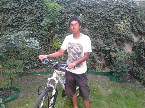 Jerry Leung wraz ze swoim rowerem w Poznaniu