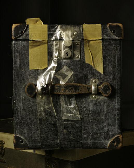 Pudła z negatywami Vivian Maier i jej aparatem
