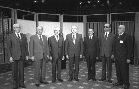 Grupowe zdjęcie na koniec spotkania Komitetu Konsultacyjnego Układu Warszawskiego, od lewej do prawej: Gustáv Husák (CSRS), Todor Żiwkow (BLR), Erich Honecker (NRD), Michaił Gorbaczow (ZSRR), Nicolae Ceaușescu (RSS), Wojciech Jaruzelski (PRL) i János Kádár (WRL), 29 maja 1987