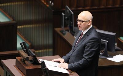 Brudziński wchodzi do Sejmu, przed informacją w sprawie propagowania totalitaryzmu
