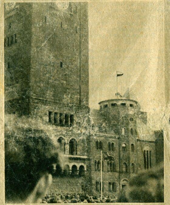 28 czerwca 1956 przed Zamkiem - fotografia z biuletynu informacyjnego Wolna Europa