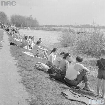 Plażowicze opalający się nad Wisłą w pobliżu mostu Poniatowskiego w Warszawie, 1960.