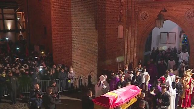 Tłumy i bicie dzwonów towarzyszyły na ulicach Gdańska trumnie z ciałem Pawła Adamowicza