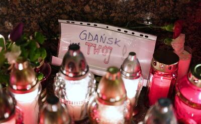 Mieszkańcy Gdańska składają znicze przed urzędem miasta