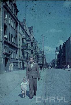 Adam Glapa z synem na ulicy Poznańskiej