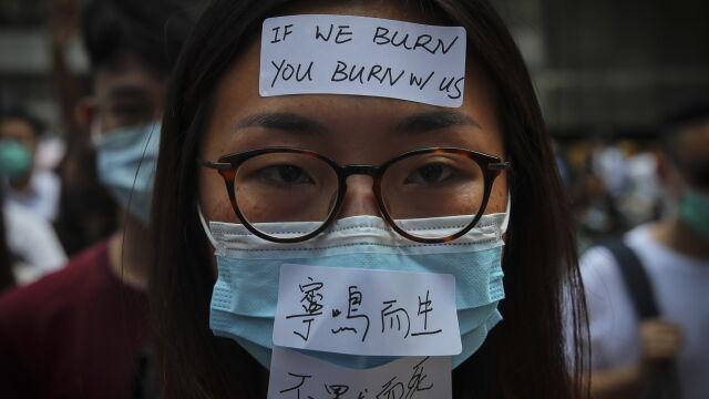 Władze Hongkongu wyciągają przepis  z kolonialnego lamusa. Zakazują zasłaniania twarzy